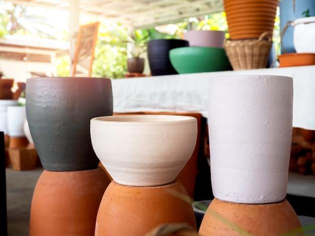 Runde bunte blumentöpfe aus keramik und terrakotta im shop. leerer geometrischer keramikpflanzer.