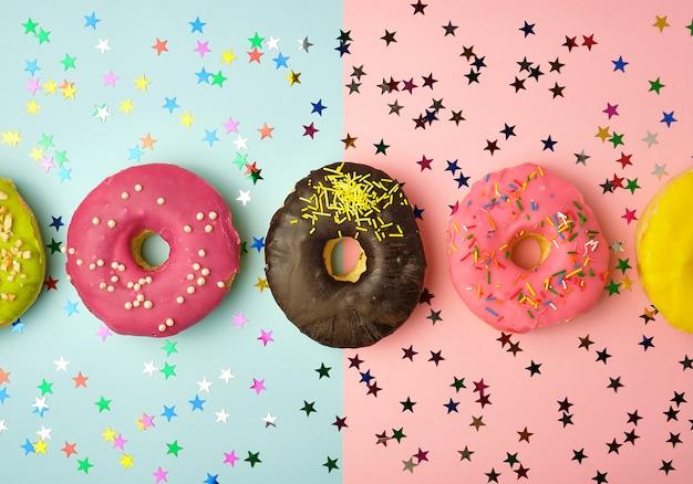 Runde donuts mit verschiedenen füllungen und streuseln