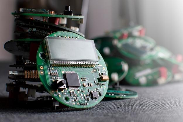 Runde elektronische platinen mit display, mikrochip und prozessor, viele uhrenkomponenten, nahaufnahme