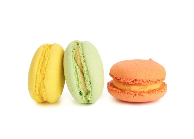 Runde gebackene bunte macarons isoliert