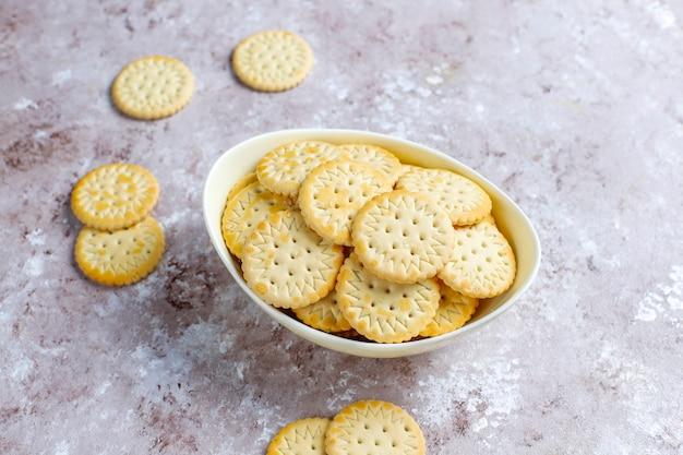 Runde gesalzene crackerplätzchen, snack.