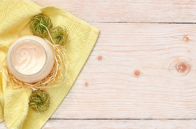 Runde gläser mit kosmetischer creme. kopierraum für flach gelegte draufsicht. natürliches hautpflege-schönheitsproduktkonzept.