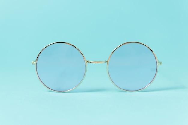 Runde italienische sonnenbrille auf weiß.