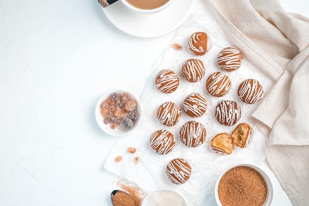 Runde kekse auf weißem grund. draufsicht, horizontal.