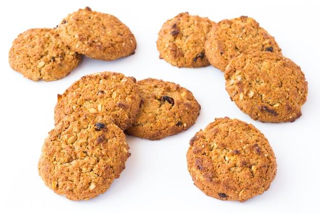 Runde kekse mit getreide- und rosinenzusätzen
