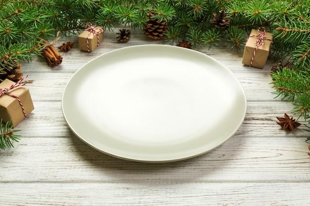 Runde keramik der leeren platte auf weihnachtshintergrund