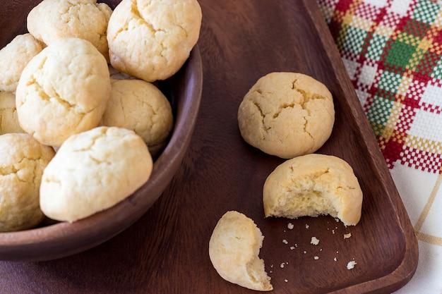 Runde krümelige kekse des selbst gemachten kekses gemacht vom reismehl in einer hölzernen schüssel. tiefenschärfe