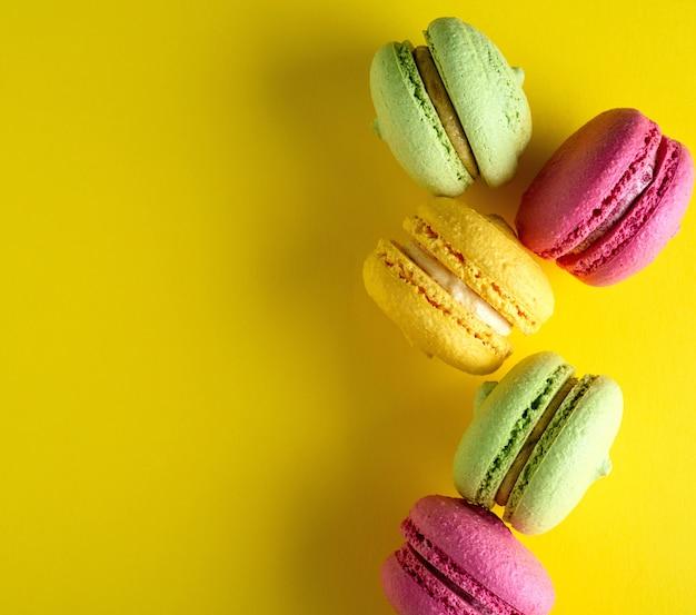 Runde kuchen mit sahne macarons