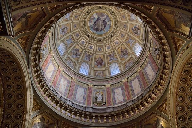 Runde kuppel der katholischen kathedrale im inneren mit schöner dekoration, farbenfrohem wandgemälde und fresken in budapest hungary.budapest.