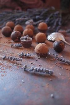 Runde pralinen mit lavendel auf dunklem hintergrund. hand süßwaren