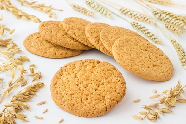 Runde quadratische kekse, weizen- und haferstacheln. nahansicht
