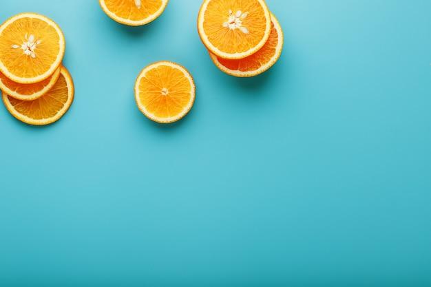 Runde scheiben der saftigen orange auf blau