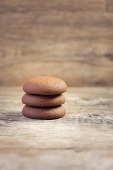 Runde schokoladenkekse auf einem hölzernen hintergrund