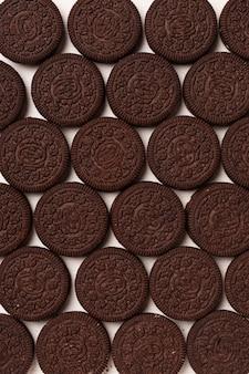 Runde schokoladenkekse mit cremefarbenem, festem hintergrund
