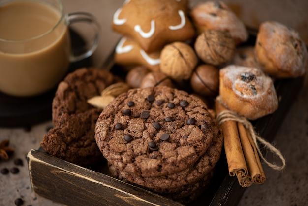 Runde schokoladenkekse mit mandeln auf einem holztisch