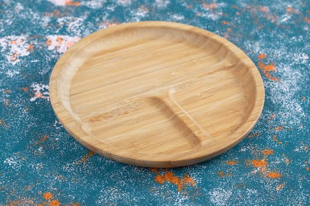 Runde snackplatte mit geschnitzten stücken darin.