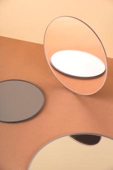 Runde spiegel auf einer neutralen oberfläche