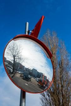Runde straßenpanoramaspiegel für autos auf dem himmelhintergrund