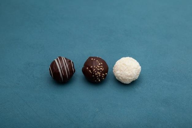 Runde süßigkeiten mit käsefüllung oder mit käsesüßigkeiten überzogener schokolade.