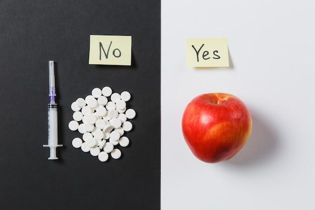 Runde tabletten der medikamente, die abstrakt auf weißem schwarzem hintergrund angeordnet sind
