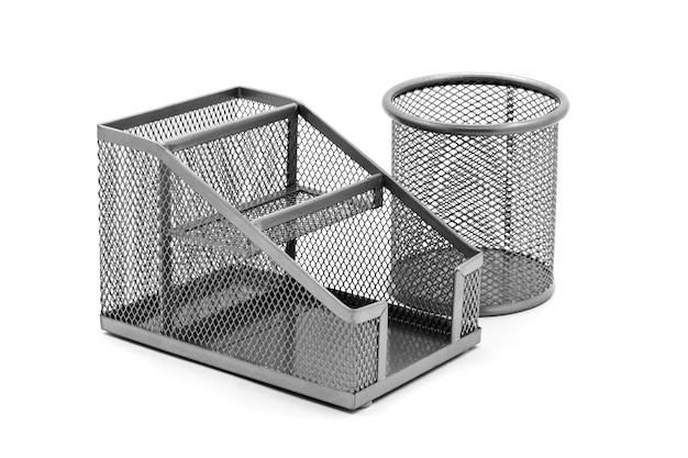 Runde und rechteckige metallständer für kugelschreiber und bleistifte auf weißem, isoliertem hintergrund