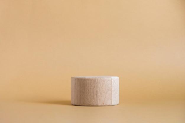 Runde zylinderform aus holz auf beige