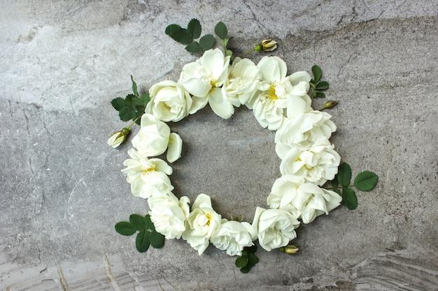 Runder blumenrahmenkranz. frühlingsblumenplan mit rosenblüten.