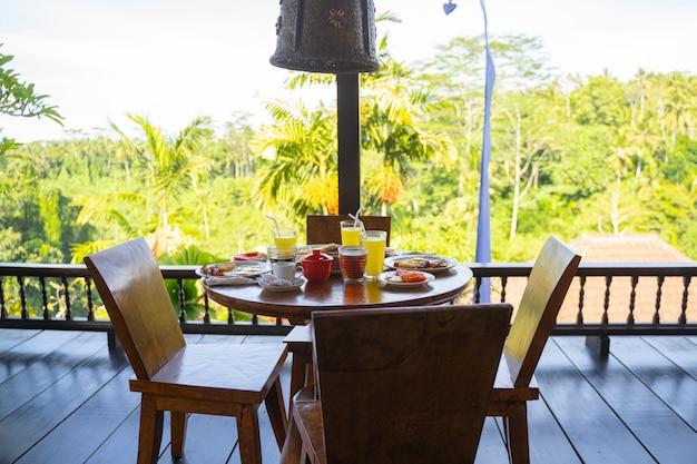 Runder cafétisch mit köstlichem essen und getränken, die auf kunden warten stockfoto