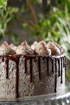 Runder cremiger kuchen mit schokolade und zimt.
