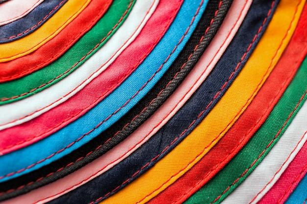 Runder handgemachter stoff genäht von den mehrfarbigen streifen als hintergrund.