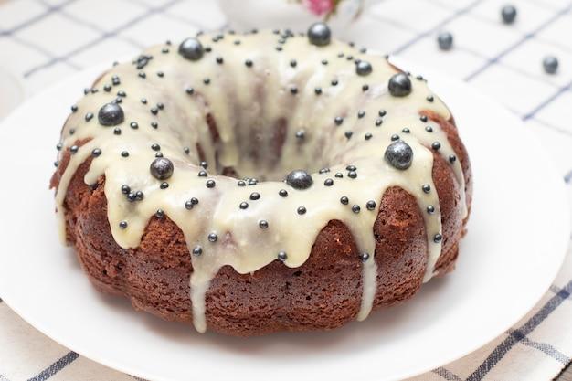 Runder hausgemachter cupcake zu ostern mit weißem zuckerguss. frisch gebackener hausgemachter kuchen mit eiweißcreme.