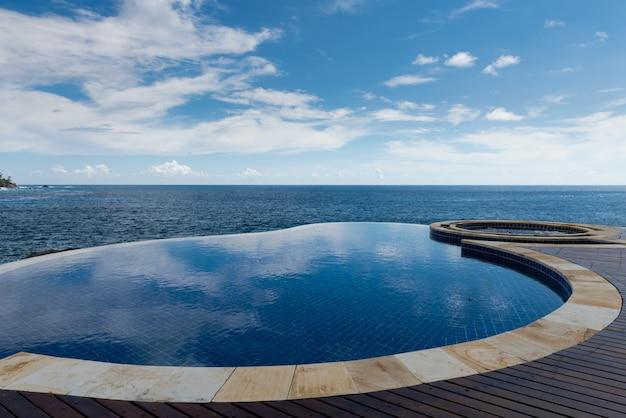 Runder infinity-pool verschmelzen mit blick auf den indischen ozean