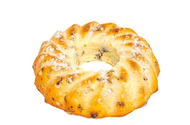 Runder leckerer kekskuchen mit obst, rosinen und getrockneten preiselbeeren