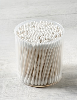 Runder plastikbehälter gefüllt mit wattestäbchen