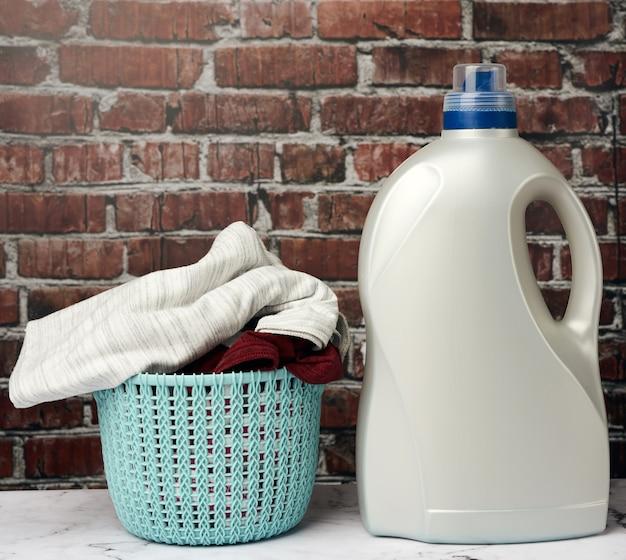 Runder plastikwäschekorb und waschmittelflasche