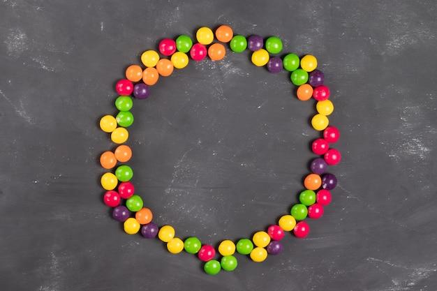 Runder rahmen aus bunten runden bonbons