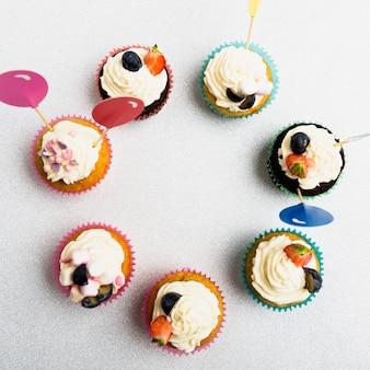 Runder rahmen aus kleinen cupcakes auf tisch