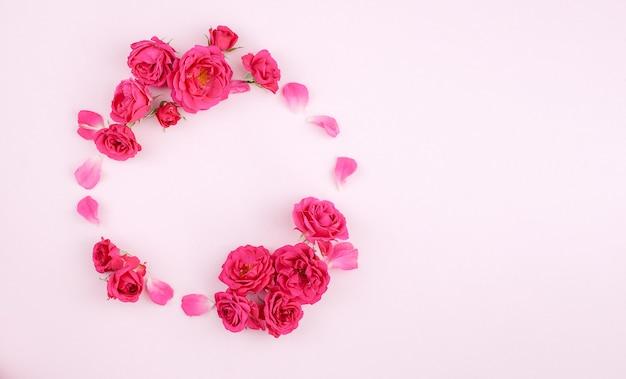 Runder rahmen aus rosa rosen