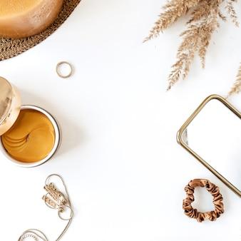 Runder rahmen mit leerem kopierraum aus schönheit, weiblicher mode-bijouterie und lifestyle-produkten auf weiß.