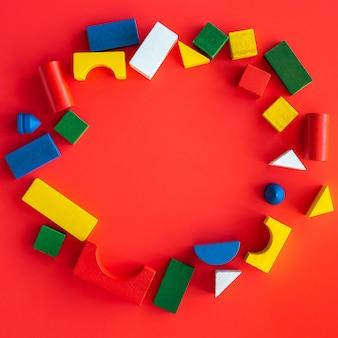 Runder rahmen von hölzernen hellen geometrischen formen, mehrfarbiges bildungsspielzeug für kind
