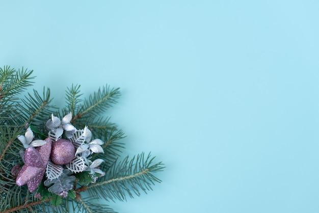 Runder rahmen von weihnachtsdekorationen mit kopienraum auf blau