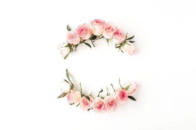 Runder rahmenrand der rosa rosenblütenknospen auf weißem hintergrund