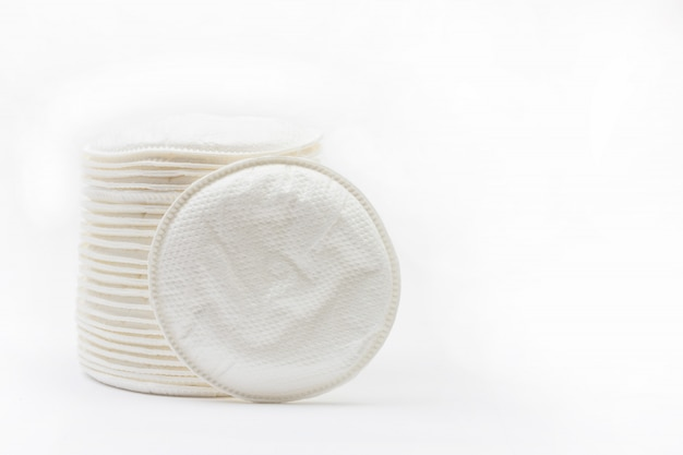 Runder wattestäbchen fügt bh für stillende mütter auf weiß mit copyspace ein