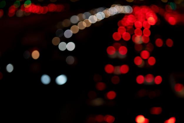 Rundes auto beleuchtet den weichzeichner.