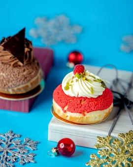 Rundes dessert mit sahne und pistazien