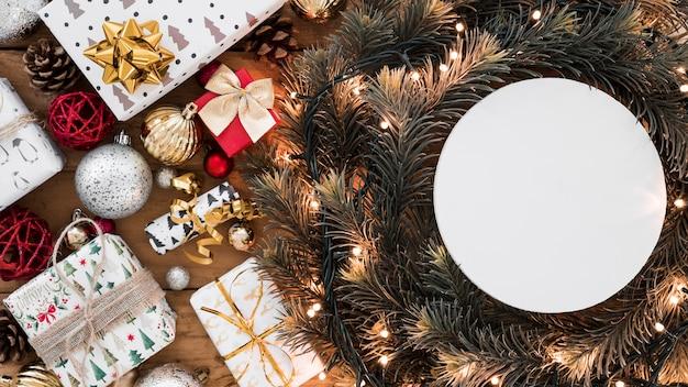 Rundes papier auf weihnachtskranz