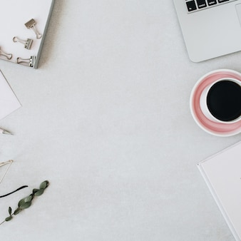 Rundes rahmenmodell mit kopierraum. home-office-schreibtisch arbeitsbereich mit laptop, kaffee, notebook, eukalyptus, umschlag