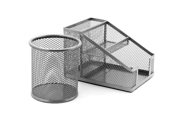 Rundes und rechteckiges metall steht für kugelschreiber und bleistifte auf einem weißen isolierten hintergrund