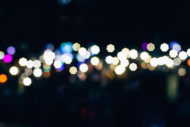 Rundes unscharfes farbiges bokeh von den lichtern auf dunklem hintergrund