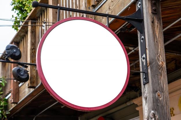 Rundes weißes firmenzeichenkonzept in einer landstadt